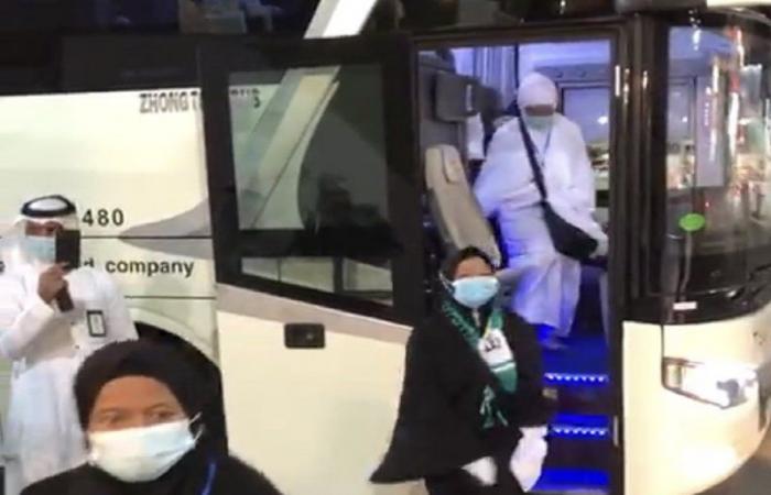 89 معتمراً من إندونيسيا يتوجهون إلى الحرم المكي بعد انتهاء عزلهم الصحي