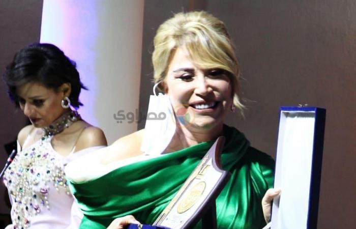 إيناس الدغيدي بفستان ميرميد في ختام مهرجان الإسكندرية