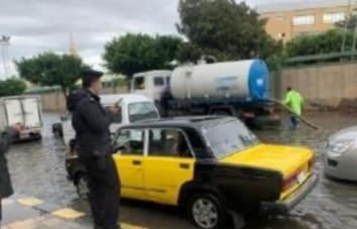 الشرطة تُسطر مشاهد إنسانية في مساعدة المواطنين تحت مياه الأمطار (صور)
