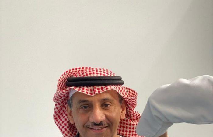 """شاهد .. رئيس جامعة الملك سعود يتلقى الجرعة الثانية من """"فايزر"""""""