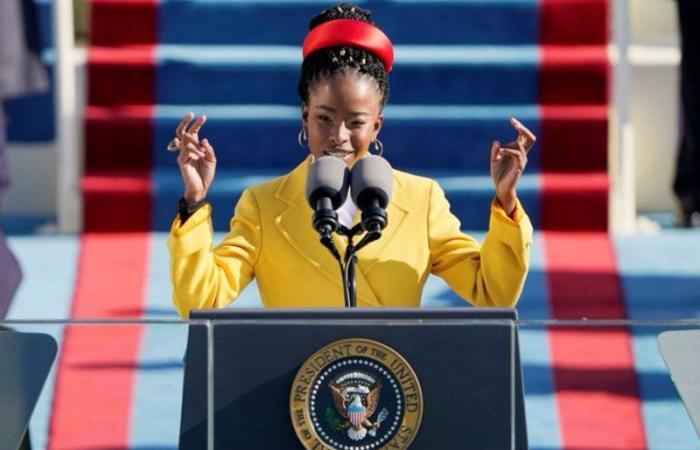 """تعرّف على الشاعرة السمراء ذات الرداء الأصفر التي ألهبت مشاعر الأمريكيين على منصة تنصيب """"بايدن"""""""