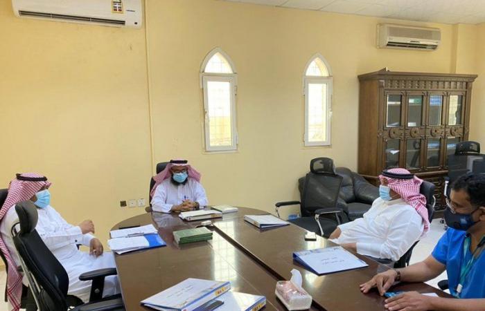 رئيس بلدي صامطة يتابع تطبيق الإجراءات الاحترازية على الباعة الجائلين