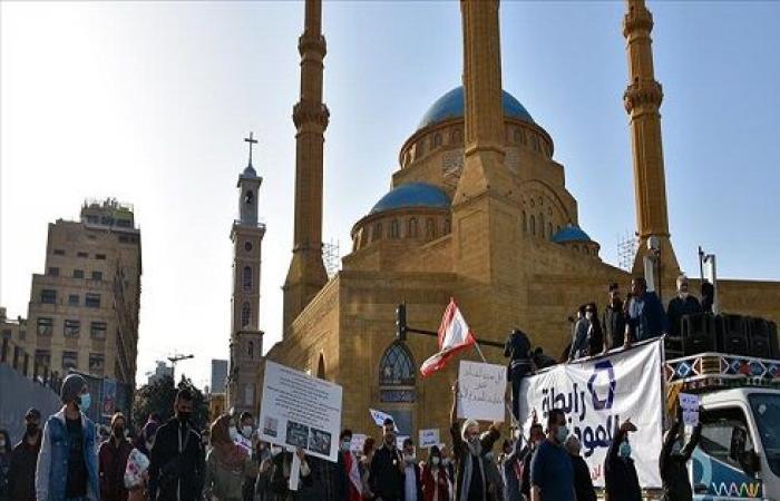 لبنانيون يحتجون على احتجاز المصارف ودائعهم بالعملات الأجنبية .. بالفيديو