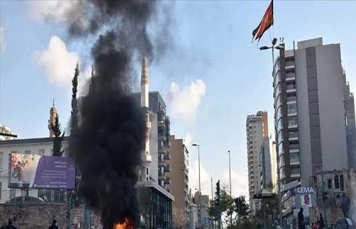 محتجون على انقطاع الكهرباء يقطعون طرقا رئيسة في بيروت .. بالفيديو