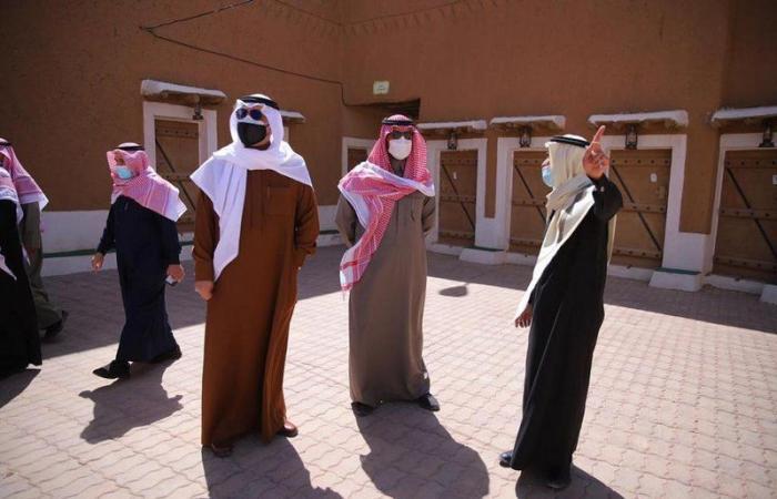 """شاهد جولة رئيس الاتحاد السعودي للفروسية في """"تراث شقراء"""" بمعية المحافظ"""