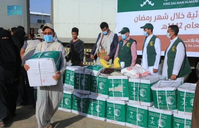 مركز الملك سلمان للإغاثة يدشن بمأرب مشروع توزيع السلال الغذائية الرمضانية في اليمن