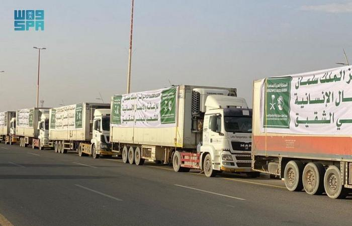 عبور 26 شاحنة منفذ الوديعة متوجهة لمحافظات يمنية وتوزيع سلال غذائية رمضانية بعدن