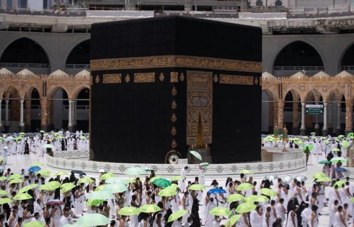 """شاهد.. صحن المطاف يتوشح باللون الأخضر عبر مبادرة الشؤون الإسلامية """"ظل ووقاية"""""""