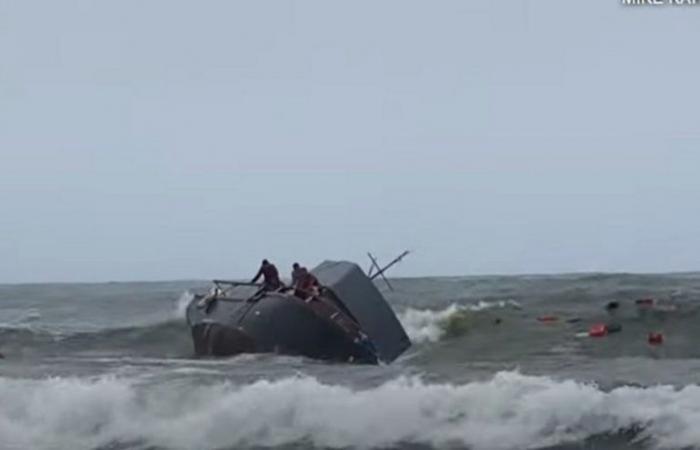 بالفيديو .. تحطم قارب يقل مهاجرين قبالة شاطئ كاليفورنيا وقفز ركابه في الماء