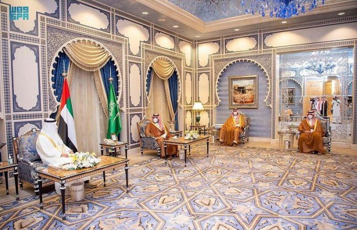 ولي العهد يستعرض مع محمد بن زايد العلاقات الثنائية بين البلدين