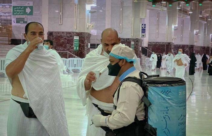 في ليلة 27 من رمضان.. 200 ألف عبوة زمزم تسقي ضيوف الرحمن