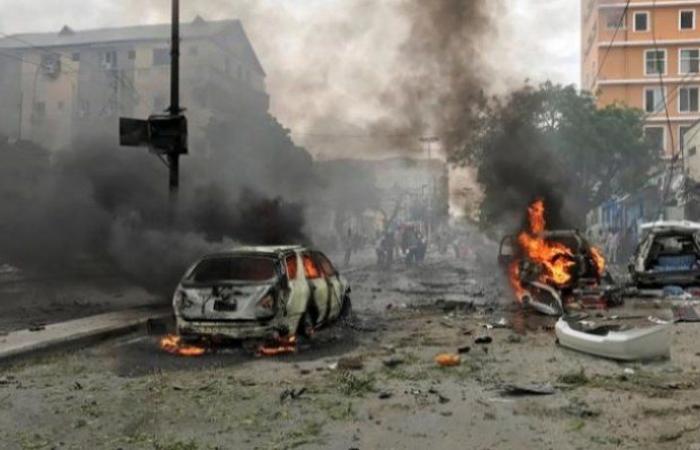 مقتل مسؤولين أمنيين في تفجير انتحاري في العاصمة الصومالية