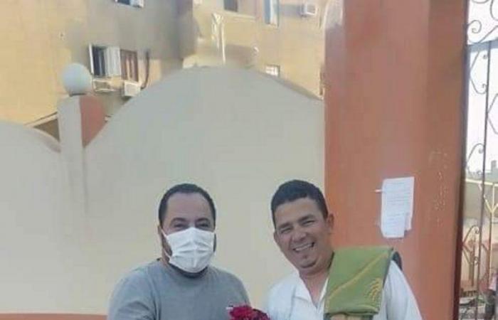 شاهد من مصر.. مسيحي يقف أمام المسجد ليوزع الورود على المصلين