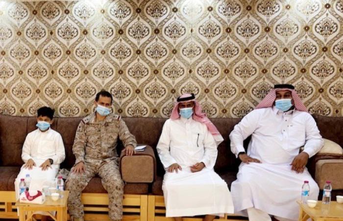"""القوات البحرية بجازان تنقل معايدة القيادة لذوي """"الشهداء"""".. وأسرهم: تراب الوطن غالٍ"""