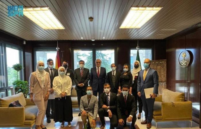 افتراضيًا وحضوريًا.. سفير السعودية لدى إسبانيا يجتمع بالطلاب المبتعثين والدارسين