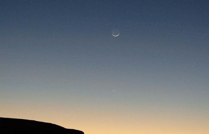 """ساعتان بعد الغروب ويختفيان.. غدًا يتزيّن الأفق بـ""""نجمة السماء"""" والهلال!"""