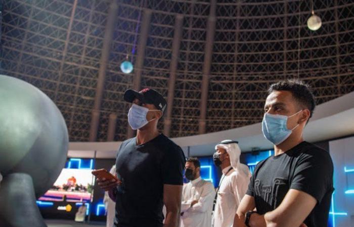 """لاعبون من ناديي """"الاتحاد"""" و""""النصر"""" يزورون معرض مشروعات منطقة مكة بقبة جدة"""