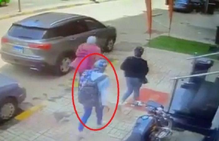 فيديو مصرع فتاة مصرية.. شاهد ما سقط على رأسها بالشارع