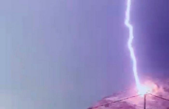 أمطارٌ غزيرة مصحوبة بصواعق ورياح تكسر أعمدة خطوط الضغط العالي للكهرباء بمحايل عسير
