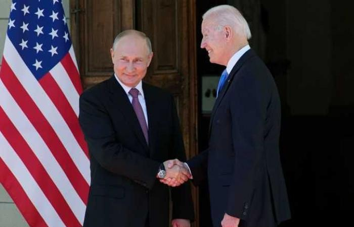 الرئيس الأمريكي يحذر من «عواقب وخيمة» على روسيا حال وفاة نافالني