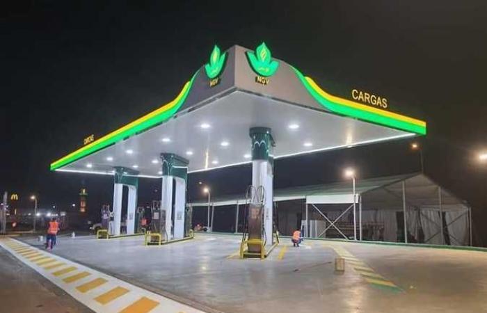 وزير البترول ومحافظ الجيزة يفتتحان محطتين لتموين السيارات بالغاز (صور)