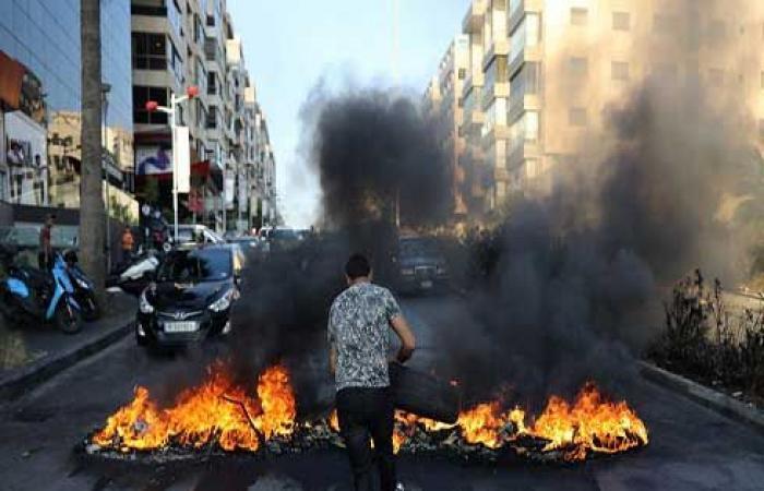 متظاهرون يقطعون طرقا رئيسية بلبنان عشية رفع أسعار الوقود .. بالفيديو