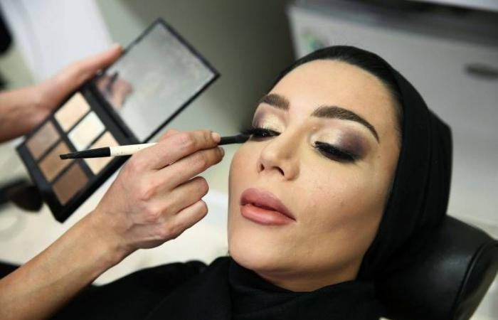 لماذا تفتح المرأة فمها أثناء وضع الماسكارا