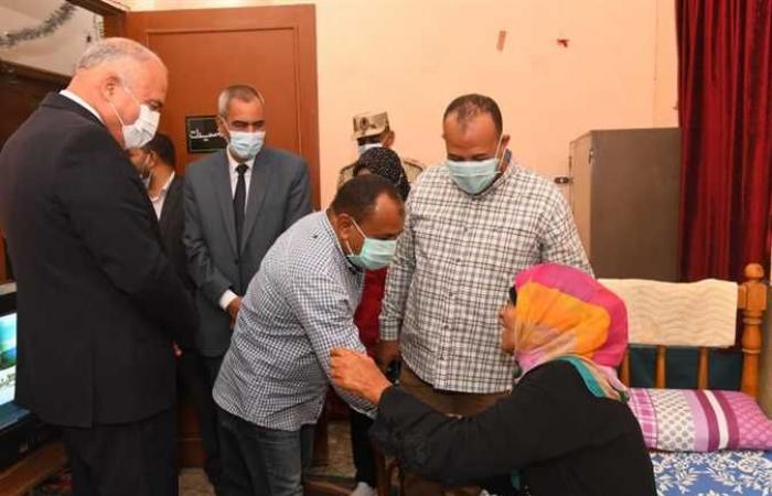محافظ قنا يزور إحدى دور المسنين لتهنئتهم بعيد الأضحى المبارك