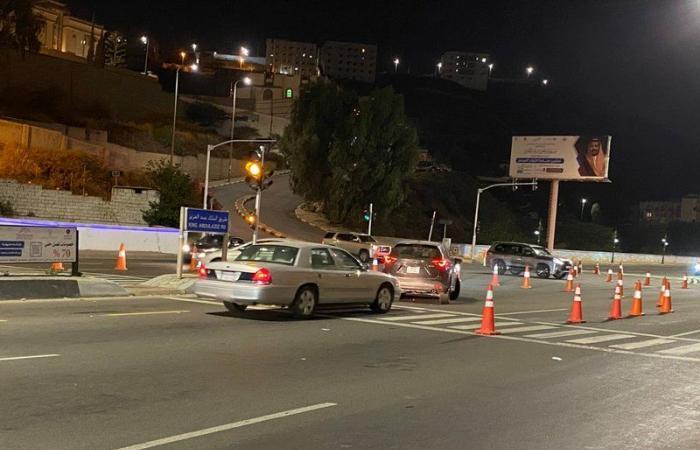 """شاهد .. """"مرور الباحة"""" يحرِّر حركة السير في طريق الملك عبدالعزيز"""