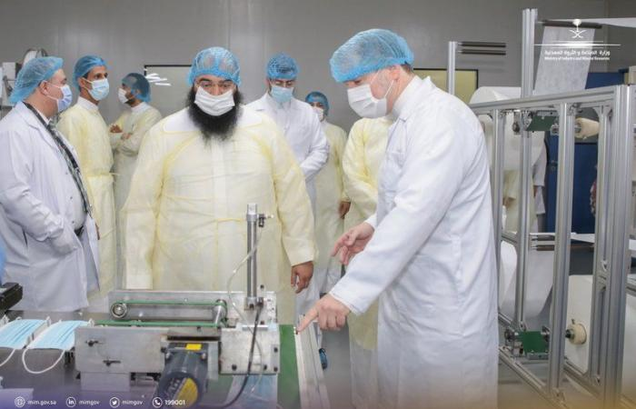 """""""نائب وزير الصناعة"""" يتفقّد عددًا من مصانع الكمامات والمعقمات في الرياض"""