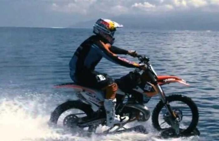غرقت دراجته النارية قبلها.. أسترالي يعبر مضيق مائي بـ«موتوسيكل» (فيديو)