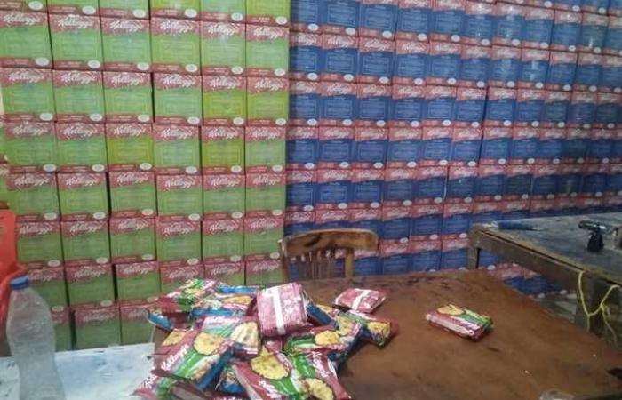تحريز 250 ألف عبوة شعرية سريعة التحضير داخل مخزن تحت بئر السلم بالإسكندرية (صور)