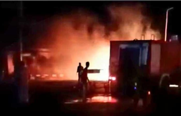 إصابة شخصين في حريق شاحنة مواد بترولية برأس غارب
