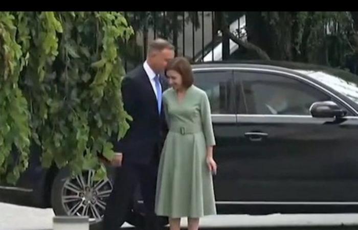رئيسة مولدوفا تدل نظيرها البولندي على السجادة الحمراء التي سيسير عليها