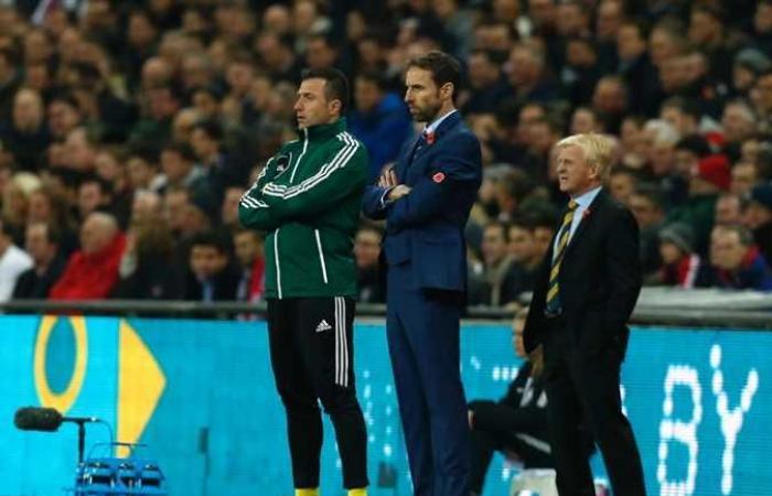 مدرب إنجلترا يتعرض لإساءات بسبب لقاح كورونا