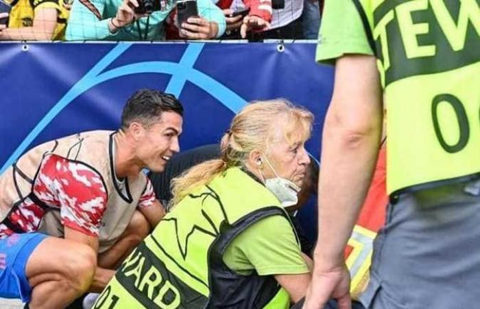 تسديدة رونالدو الصاروخية قبل مباراة مانشستر ويانج بويز تصيب رجل أمن بإصابات بالغة
