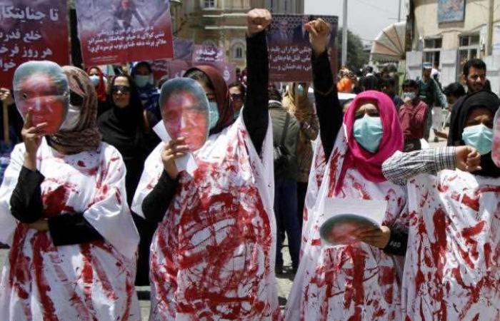 آلاف الأفغان يحتجون على أوامر طالبان بإخلاء منطقة سكنية تسكنها عائلات الجيش