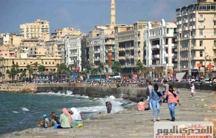 «شط إسكندرية يا شط الهوى»..توافد المئات على الكورنيش مع تحسن حالة الطقس (صور)