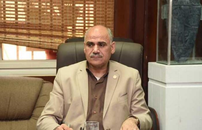 رئيس جامعة الأقصر يناقش ضوابط تحويل الكتاب الجامعي الورقي إلى إلكتروني