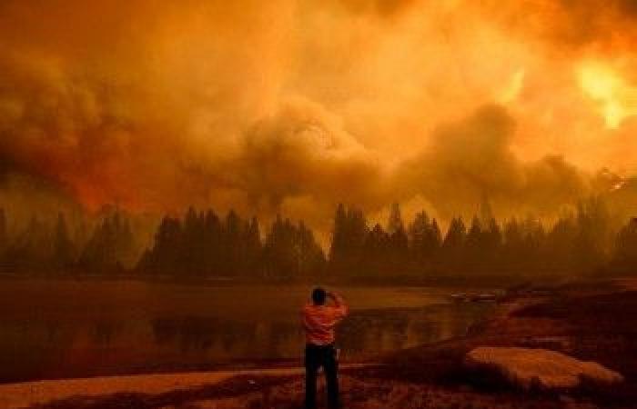 الأسبوع في 10 صور: منزل يتحدى بركانًا.. وفرنسي يتعلق في الهواء في مشهد يحبس الأنفاس