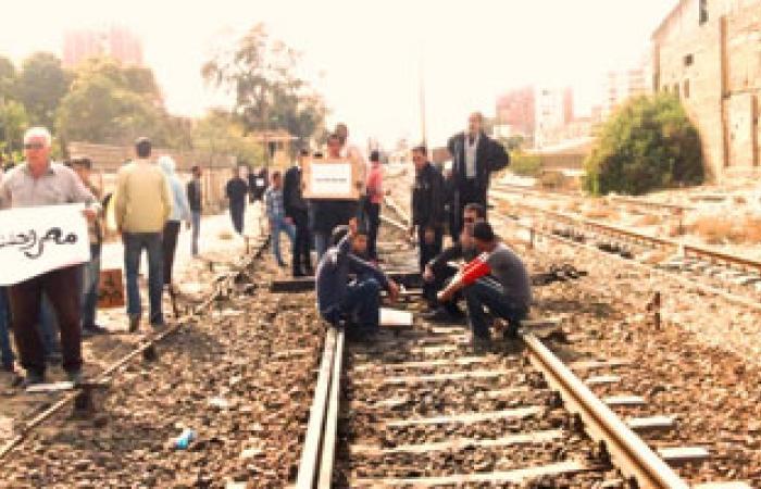 أمناء شرطة يقطعون شريط السكة الحديد بالبحيرة بعد الحكم بحبس زميلهم