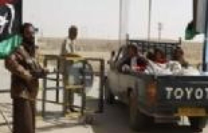 """250 شخصا و500 سيارة عالقة على الحدود المصرية الليبية بسبب غلق منفذ """"مساعد"""""""