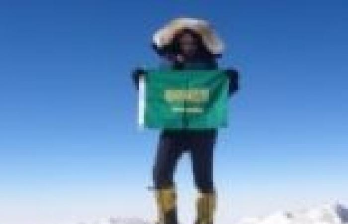 """""""رها المحرق"""" فتاة سعودية ترفع علم السعودية على قمة """"إفرست"""""""