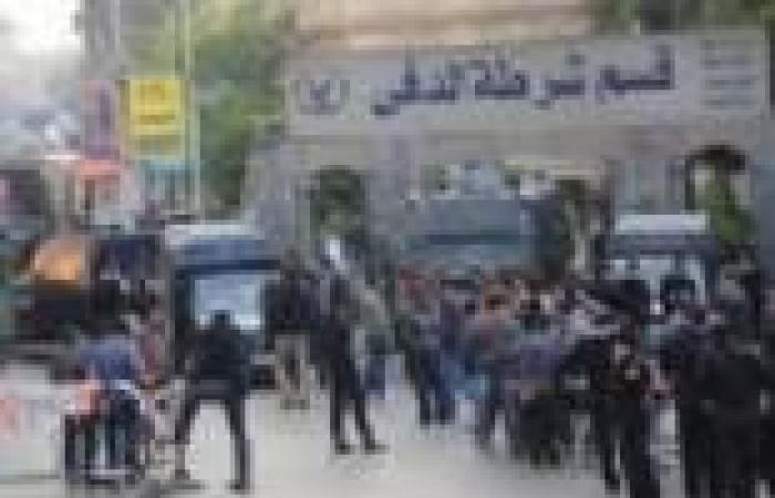 عشرات الشباب يتظاهرون أمام قسم الدقي بسبب تجديد حبس 3 من أصدقائهم
