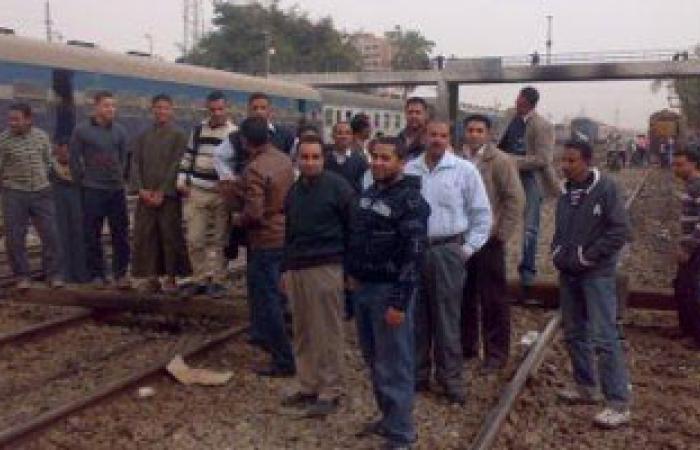 """أهالى قرية بالموفية يقطعون السكك الحديدية بسبب """"عامود نور"""""""