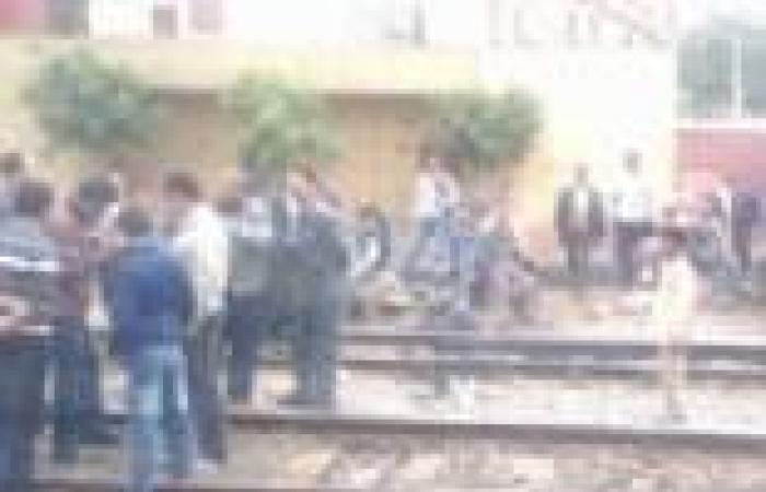 أهالي قرية بتلا يقطعون طريق القطارات بسبب نقل عمود كهرباء