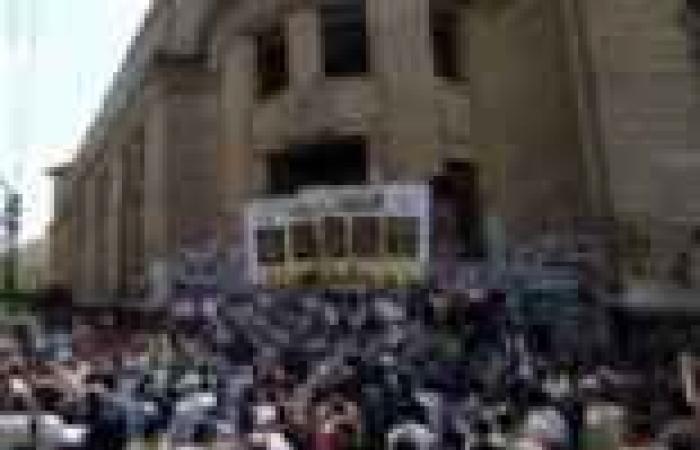 المتظاهرون يغلقون البوابة الرئيسية لدار القضاء ويعلقون عليها صور المعتقلين