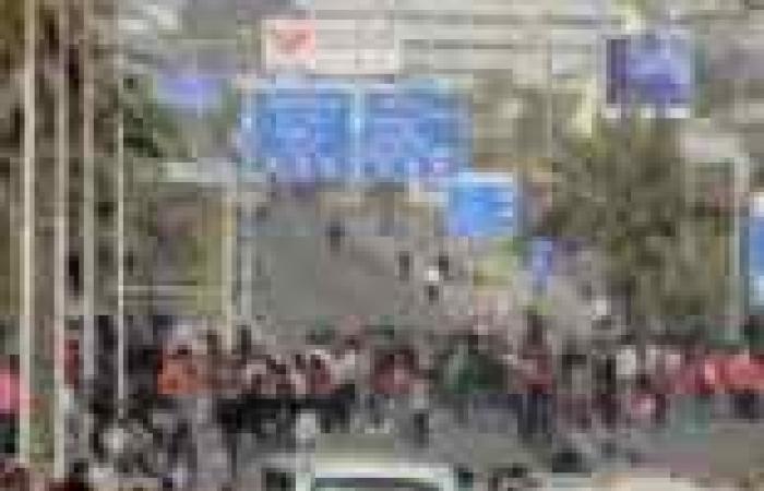 """أهالي """"جحدم"""" يقطعون طريق """"أسيوط ـ القاهرة"""" الصحراوي"""