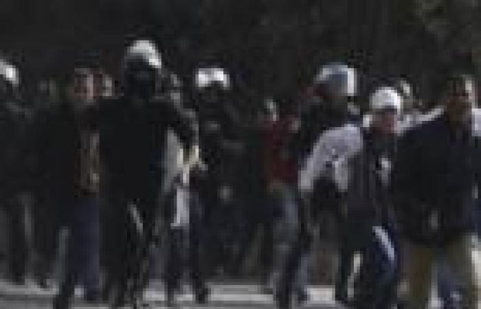 الشرطة تطارد متظاهري كورنيش النيل بالمصفحات وقنابل الغاز