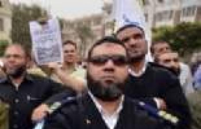 الضباط الملتحون يتظاهرون أمام «الاتحادية» ويقطعون طريق الأهرام للمطالبة بعودتهم للعمل وإقالة وزير الداخلية